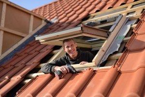 Installation d'une fenêtre de toit par un professionnel
